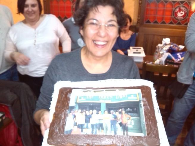 El retorn de la Isabel bé es mereix un pastís amb fotomuntage inclòs. Et trobàvem a faltar!